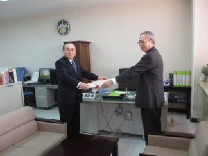 感謝状の贈呈(中村公安委員長:右側)