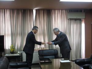 目録贈呈(右:風間市長 左:三浦専務)