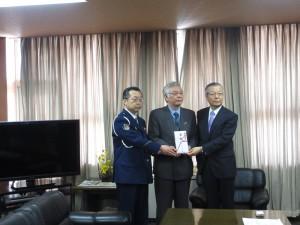 中央:風間市長 左:三浦署長 右:三浦専務理事