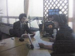 ラジオ局で放送中の生活安全課員